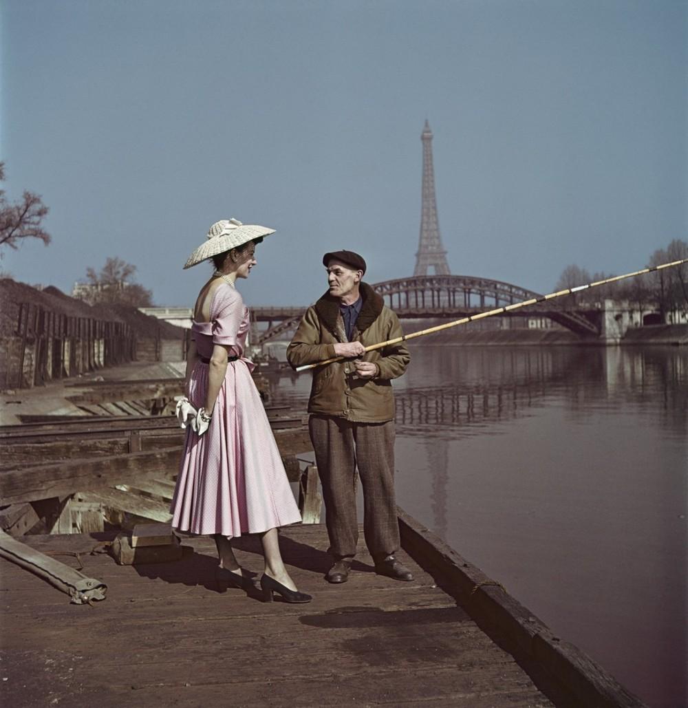 Divatmodell Dior ruhában a Szajna partján, Párizs 1948, Robert Capa / Fotó: Jeu de Paume